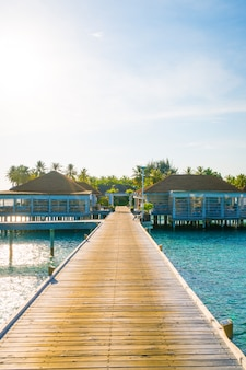 Splendido hotel resort tropicale e isola delle maldive con spiaggia e mare