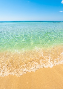 Splendido mare con acqua turchese e spiaggia dorata nel salento.