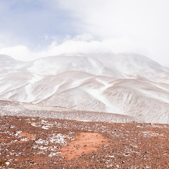 Splendido paesaggio montano bianco
