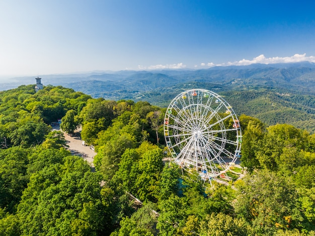 Splendido paesaggio montano con ruota panoramica