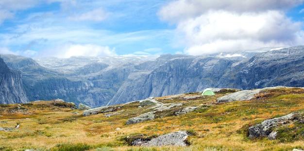 Splendido paesaggio montano di norwy con tenda turistica, viaggi turistici
