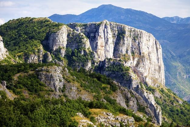 Splendido paesaggio montano in giornata estiva. montenegro, albania, bosnia, penisola balcanica delle alpi dinariche.
