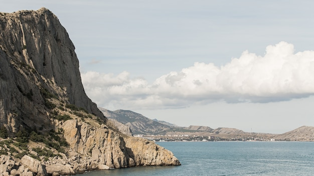 Splendido paesaggio oceanico e montagne