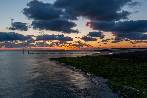 Splendido scenario di un tramonto mozzafiato sull'oceano calmo a westkapelle, zelanda