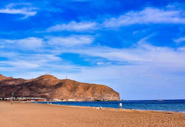 Splendido scenario di una spiaggia con un'enorme formazione rocciosa nelle isole canarie, in spagna