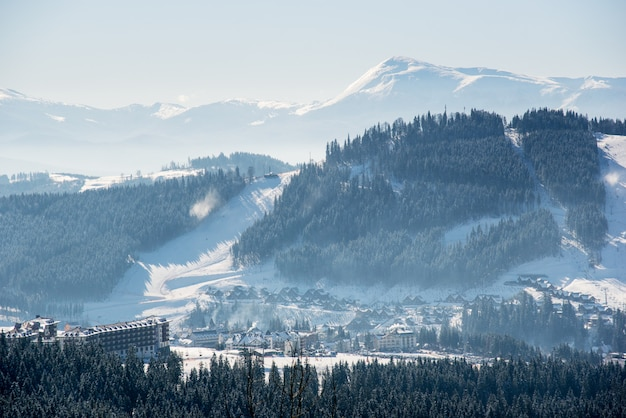 Splendido scenario invernale in montagna