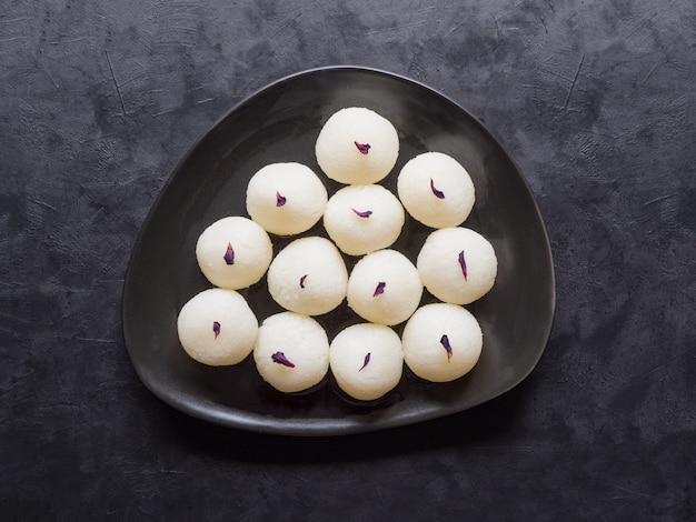 Sponge rasgulla dolci, famoso cibo dolce indiano. vista dall'alto