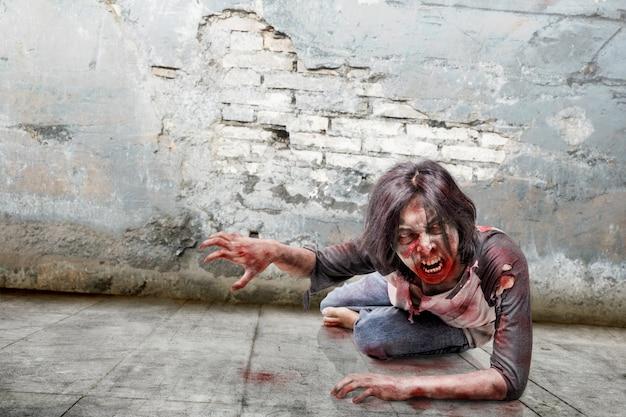 Spooky uomo zombie con la faccia arrabbiata che striscia