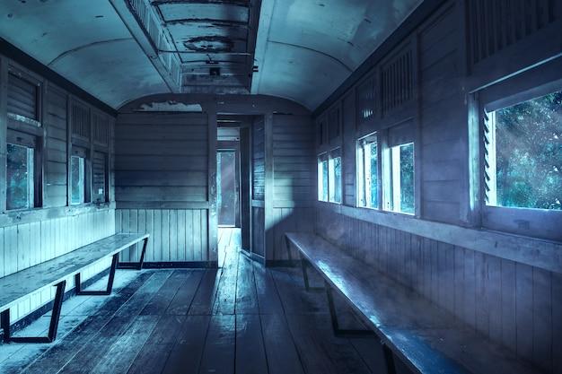 Spooky vecchio vagone di notte