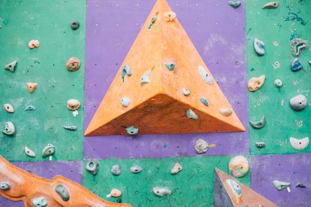 Sporgenza sulla parete da arrampicata