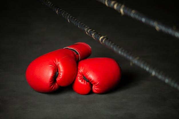 Sport boxing rosso, guantoni da boxe sul ring in palestra