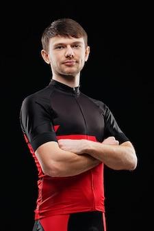 Sport. ciclista in vestiti di formazione su fondo nero.