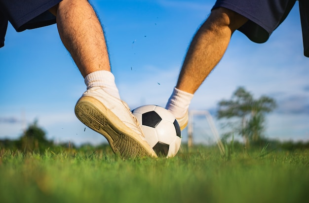 Sport d'azione all'aperto di ragazzi che si divertono a giocare a calcio per esercizio.