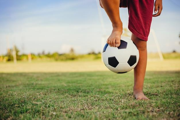 Sport d'azione all'aperto di un gruppo di bambini che si divertono a giocare a calcio