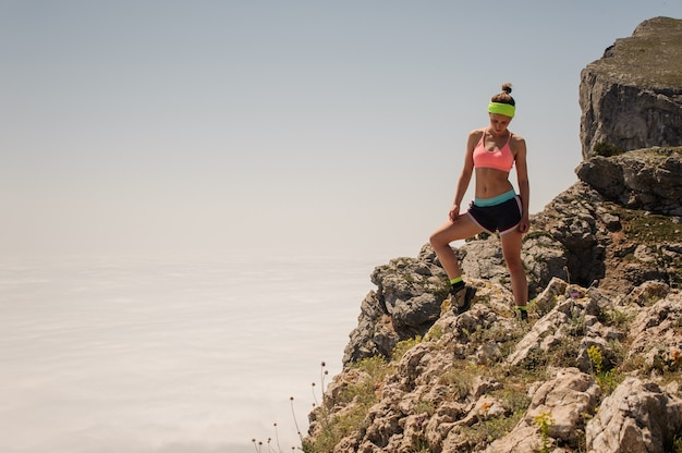 Sport donna viaggiatore sulla cima di una montagna