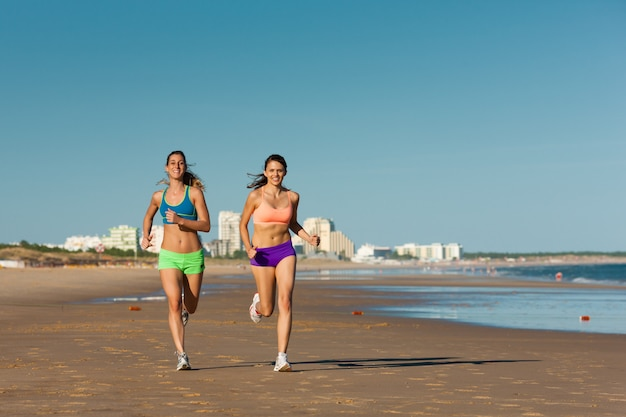 Sport e fitness, gente che pareggia sulla spiaggia