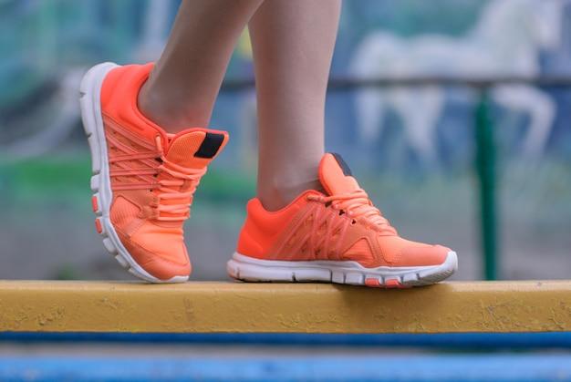 Sport e fitness. primo piano di piedi femminili con risatine.