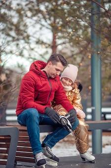 Sport invernali per famiglie. padre e figlia in giornata invernale