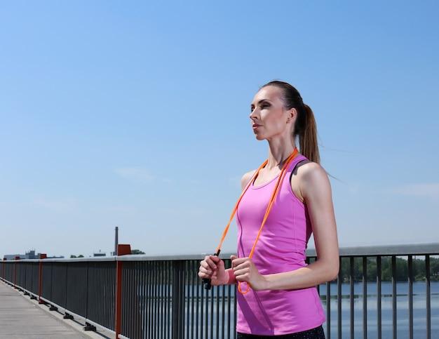 Sport. ragazza attraente con saltando la corda