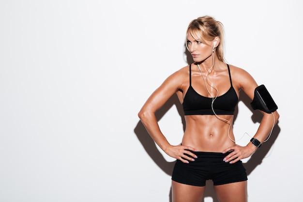 Sportiva abbastanza seria in auricolari e fascia da braccio