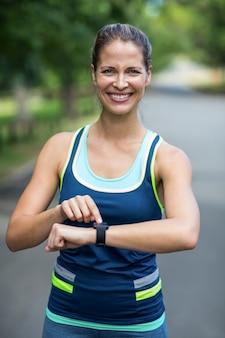 Sportiva che controlla il suo orologio di frequenza cardiaca
