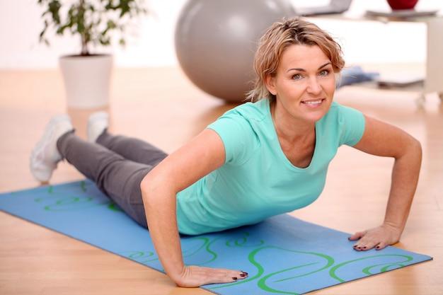 Sportiva facendo esercizi