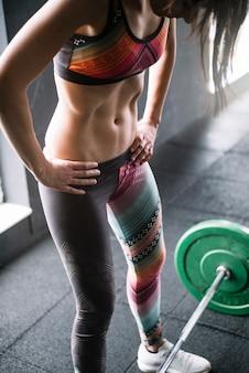 Sportiva risoluta che solleva bilanciere pesante