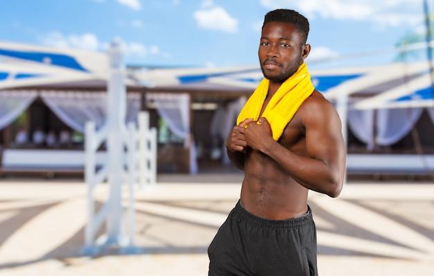 Sportivo africano bello allegro con sorridere muscolare forte del corpo