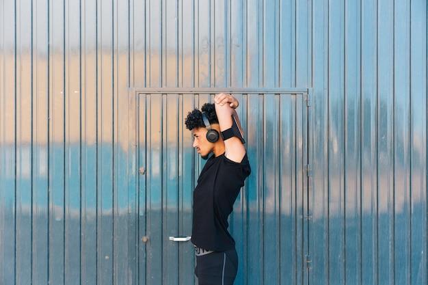 Sportivo maschile che si scalda prima dell'allenamento