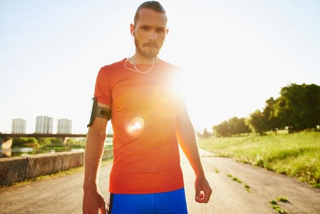 Sportman grave bloccando il sole