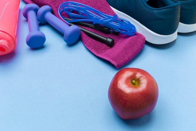 Sports fitness s con attrezzatura da palestra