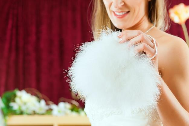 Sposa al negozio di vestiti per abiti da sposa