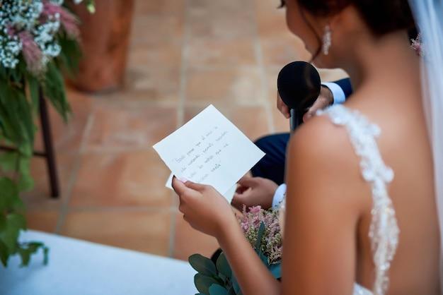 Sposa che legge i voti di nozze.