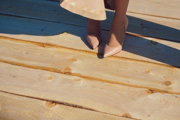 Sposa che mette sulle scarpe di nozze