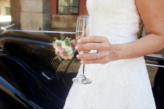 Sposa che tiene un bicchiere di champagne
