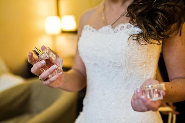 Sposa con alcolici in mano, all'interno dell'hotel