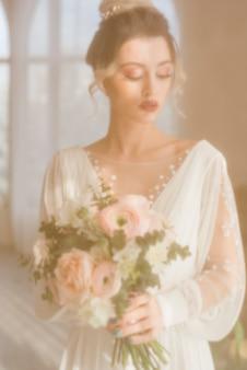 Sposa con bouquet di fiori
