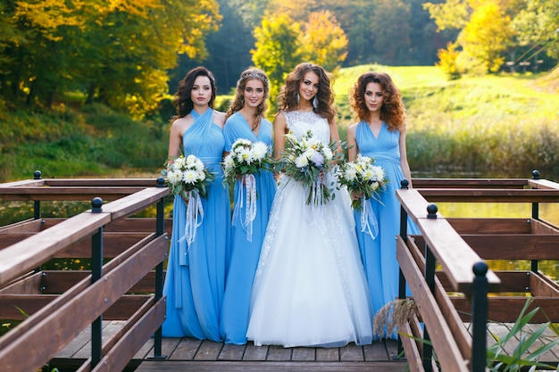 Sposa con damigelle d'onore
