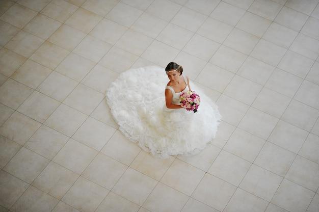 Sposa con la posa della tiara al ristorante