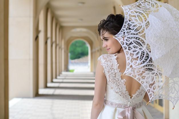 Sposa con ombrello bianco