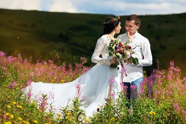 Sposa con suo marito in montagna. servizio fotografico pre-matrimonio