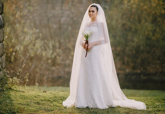Sposa con un mazzo di fiori