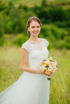 Sposa con un mazzo, sorridente. ritratto di nozze di bella sposa. nozze. giorno del matrimonio.