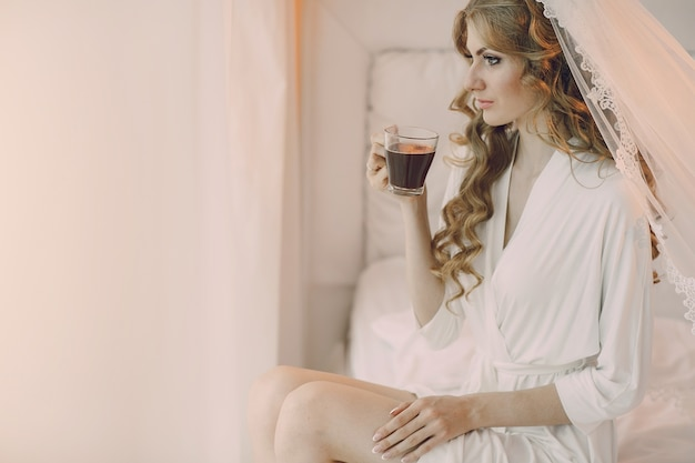 Sposa con una tazza trasparente