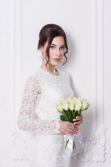 Sposa dai mazzi di fiori di nozze