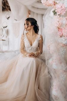 Sposa di lusso che indossa il suo abito da sposa