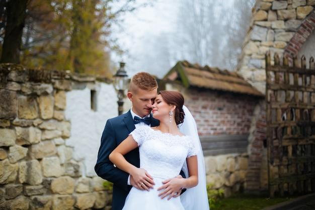 Sposa e sposo al giorno delle nozze all'aperto. sposi uomo e donna. coppia felice al giorno delle nozze.