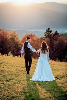 Sposa e sposo al tramonto coppia sposata romantica