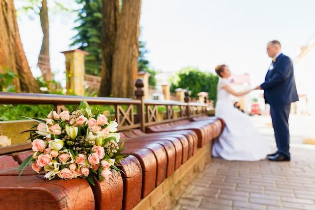 Sposa e sposo con bouquet da sposa