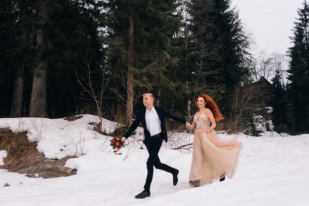 Sposa e sposo felici che baciano vicino al vecchio castello nel giorno del matrimonio